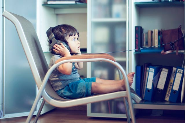 child listening classic music